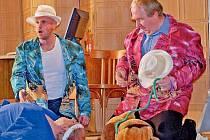 Někteří herci souboru na jevišti uplatňují zkušenosti z práce po boku režiséra Antonína Moskalyka.