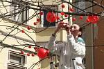 Od jedenácti hodin dopoledne mohli kolemjdoucí na Jakubském náměstí v centru Brna zastihnout nejen Polívku, ale i několik klaunů hrajících na rozmanité hudební nástroje a kapelu Hoochie Coochie.