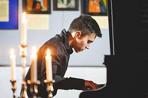 Mladý talentovaný klavírista a skladatel Pavel Vondráček přiváží svou klavírní Love Stories Tour také do Brna.