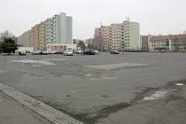Na tomto místě mělo podle původního plánu stavební firmy nákupní centrum stát již před dvěma roky.