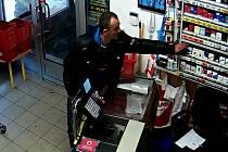 Zloděj krade krabičku cigaret.