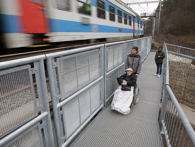 Lávka přes řeku Svitavu. Devětačtyřicet metrů dlouhá konstrukce je uchycená na železničním mostu.