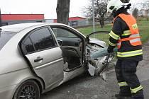 Na křižovatce Husovy a Hybešovy ulice se krátce po deváté hodině vybourala dvě osobní auta.