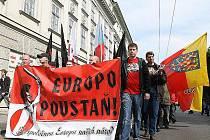 Brněnský městský soud potrestal trestním příkazem šest příznivců uskupení Dělnická mládež podmínkami za to, že nesli na letošní prvomájové demonstraci v Brně transparent Evropo povstaň!