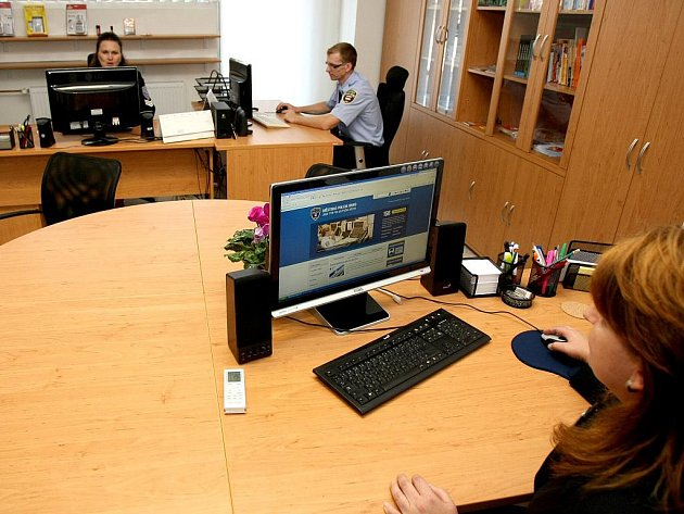Nové Poradenské centrum otevřeli ve čtvrtek strážníci v Křenové ulici nedaleko centra Brna. Centrum má poskytovat lidem informace o prevenci kriminality, pomoci obětem trestných činů, nebo poradit, jak se orientovat v sociálních službách.