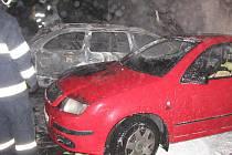 Nejméně čtyřsettisícovou škodu způsobil v úterý v noci požár tří aut v brněnské Vsetínské ulici. Oheň někdo založil úmyslně.