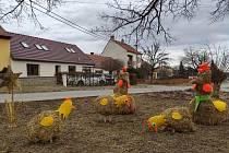 Veselá velikonoční zvířata našla svůj domov pod lípou v Pozořicích.
