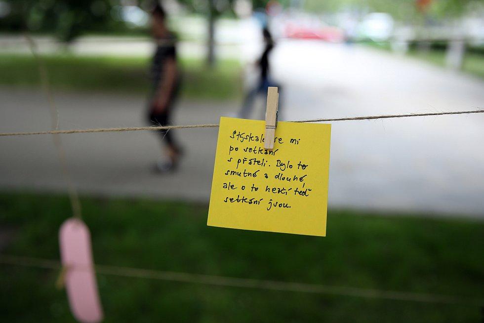 Prožít ztráty, tak nazvali organizátoři pietní akci u budovy JAMU. Lidé zde mohli poslouchat živou hudbu, psát vzkazy, či si navzájem říci, co jim pandemie vzala, a jak se s tím vyrovnat.