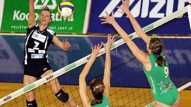 Smečuje Tereza Tobiášová z KP Brno.