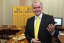Stanislav Juránek z KDU-ČSL přijímá první gratulace.