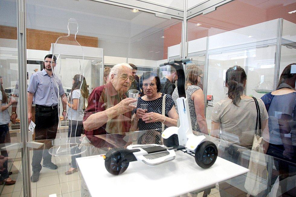 Jsou mladí, nadšení a milují design. Právě jejich výstavu hostí Technické muzeum v Brně. Dvaadvacet prací studentů Vysokého učení technického tam lidé uvidí od úterý až do třináctého září.