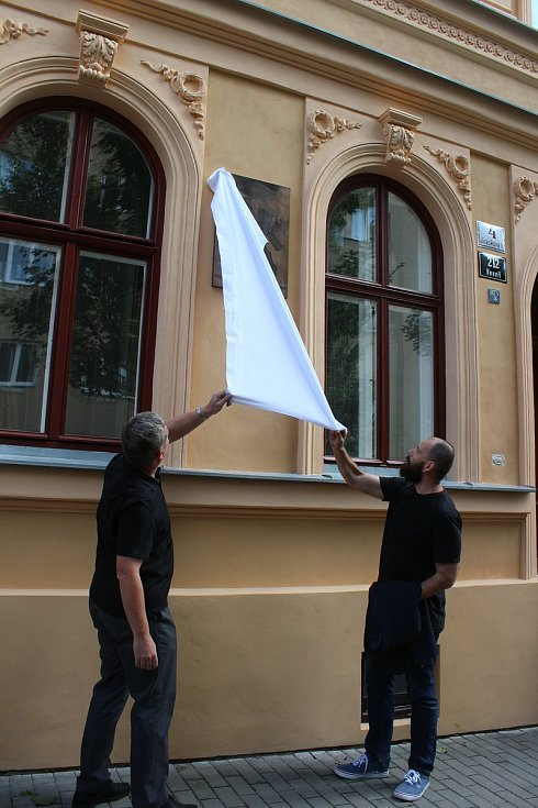 Desku odhalil starosta Brna-střed Vojtěch Mencl a autor desky Martin Skalický.