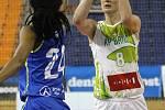 S mistrovským USK Praha sváděly basketbalistky KP Brno vyrovnaný souboj. Přesto nakonec podlehly 66:87. Na snímku Burgrová - Bonner (USK).