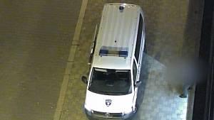 Muž okradl cizinku. Strážníci ho chytili i díky kamerám.
