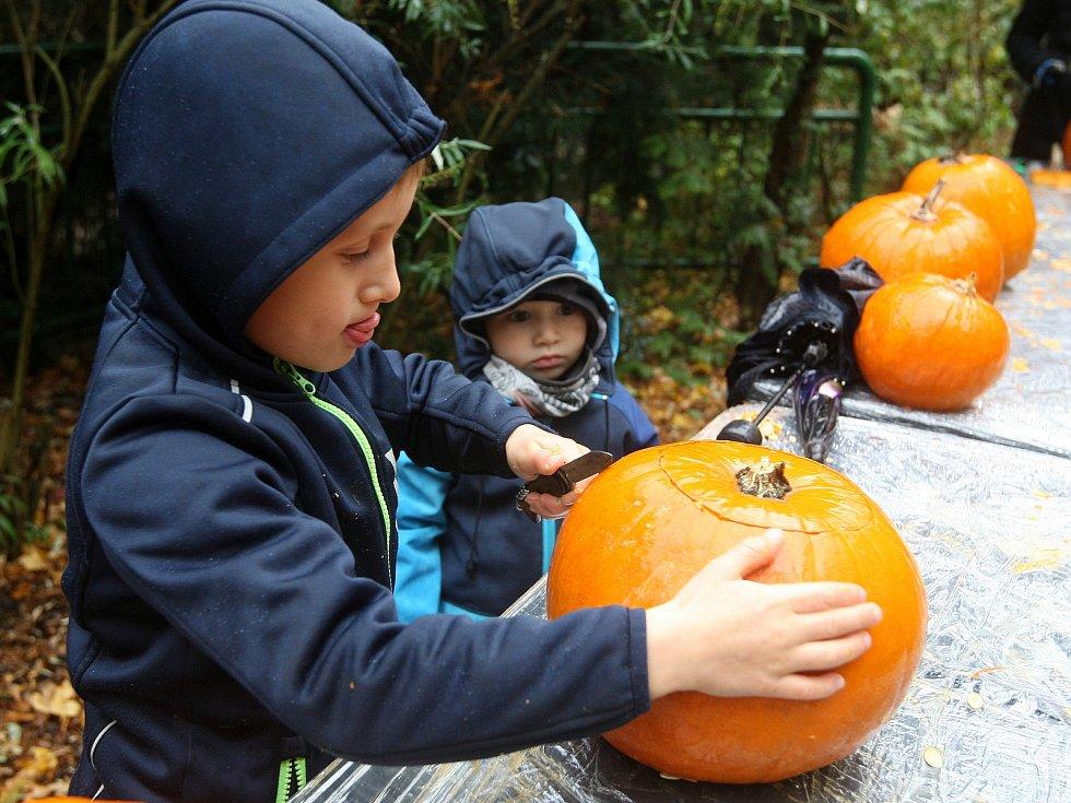 Necelá tisícovka lidí přišla v sobotu oslavit Halloween do brněnské zoo.