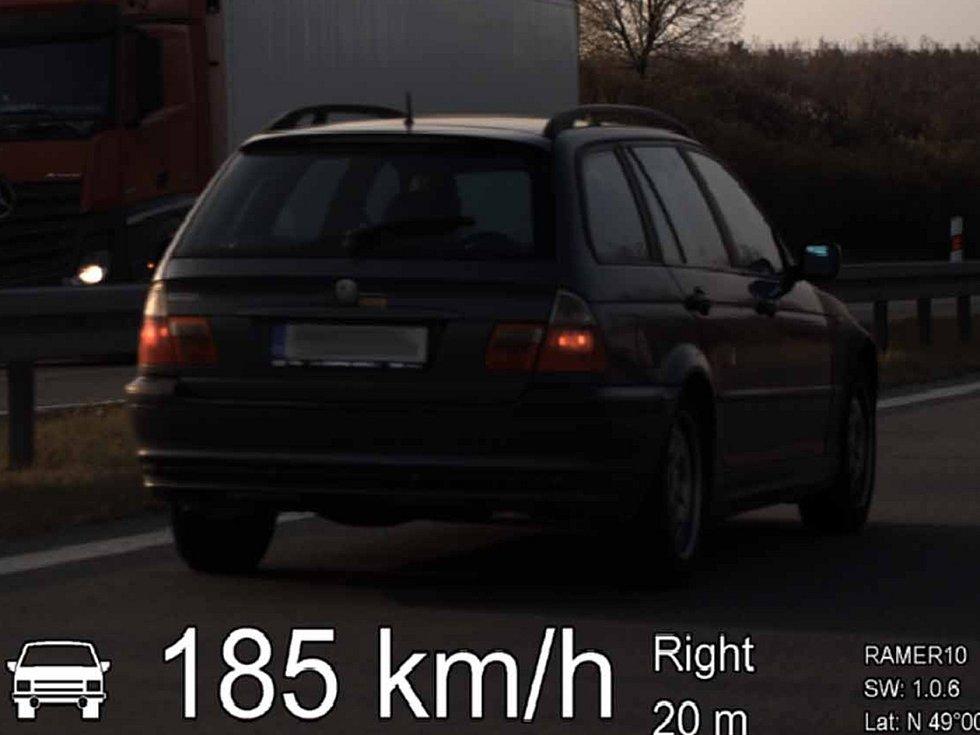 Po dálnici D52 poblíž Pohořelic na Brněnsku se řítil rychlostí přes sto osmdesát kilometrů za hodinu. Když šestadvacetiletého řidiče zastavili policisté, nadýchal 1,14 promile.