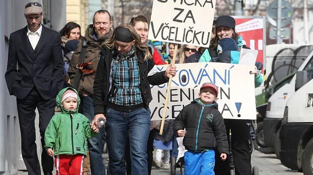 V Brně se konala akce Svíčka za včeličku.