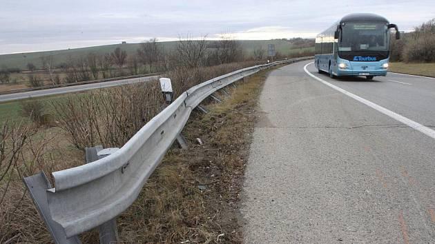 Mladý řidič dostal u nájezdu v Ostravské ulici v Brně smyk, přeletěl svodidla a skončil na dálnici D1.