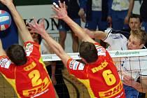 MISTR SMEČÍ. Brněnští volejbaloví fanoušci si ještě pamatují, jak Michal Hrazdira (v bílém) spolehlivě boduje v útoku.