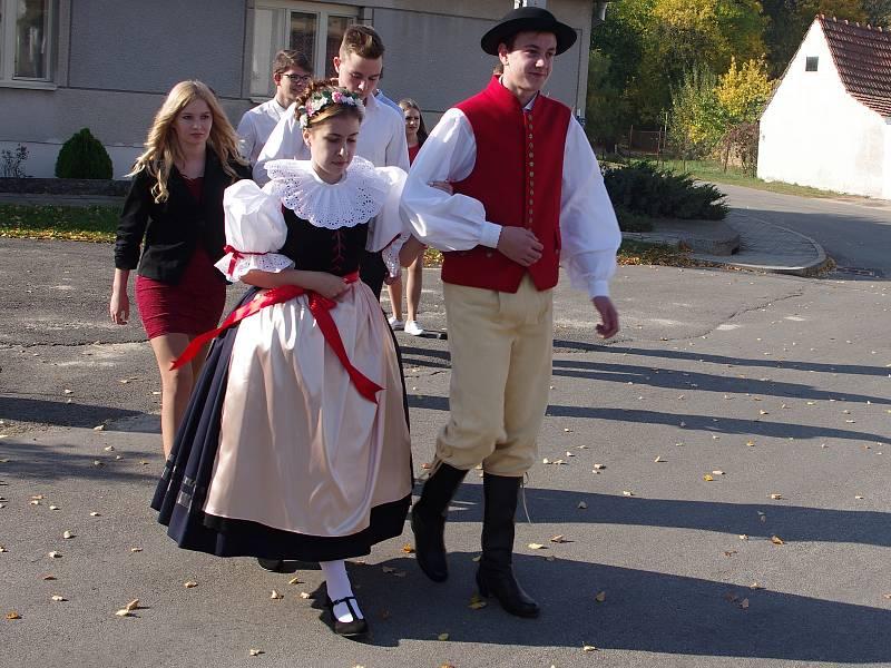 Výrovice slavily o víkendu svoje tradiční posvícení. Poprvé při něm lidé viděli nový výrovický kroj.