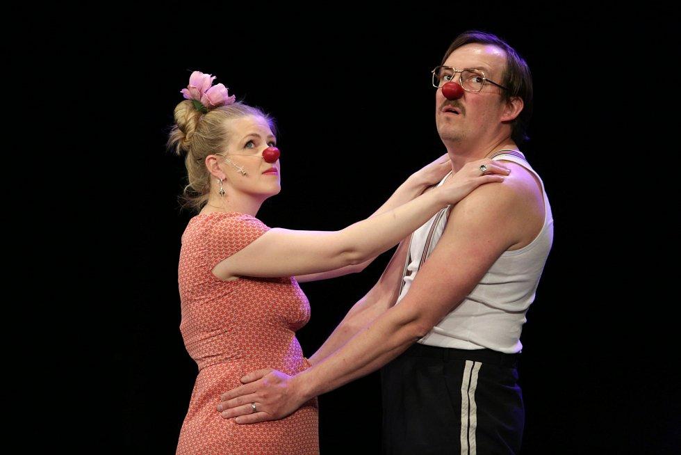 Jaroslava Sýkorová a Miroslav Sýkora vystupují jako klaunský i manželský pár. Tentokráte na téma tanec.