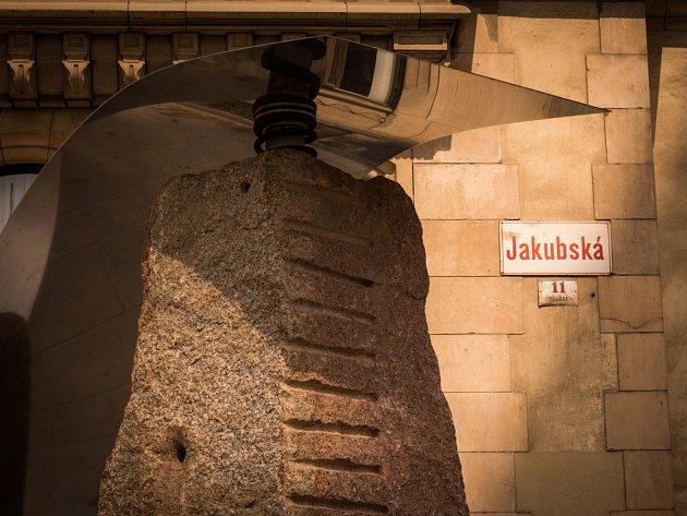 Jedno z prvních sochařských děl, objekt nazvaný Před tím a za tím od Aleše Veselého, umístili v Brně organizátoři přehlídky Sochy v ulicích – Brno Art Open. Socha stojí na rohu ulic Jakubská a Rašínova a za dohledu autora sochu pomáhal instalovat jeřáb.