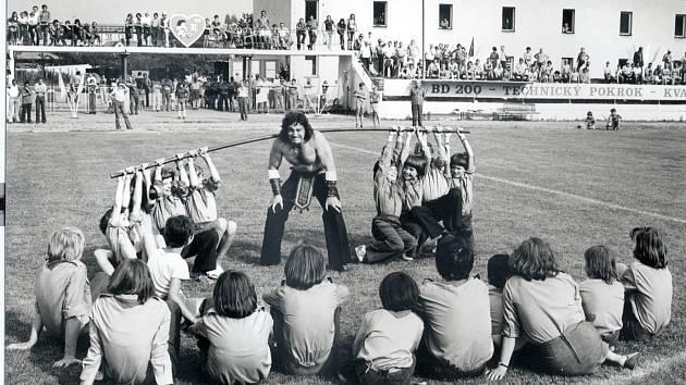 Franta Kocourek dokázal přetrhnout balíček hracích karet, ovšem skládal také básničky, hrál v divadle, zpíval a tančil ve folklorním souboru.
