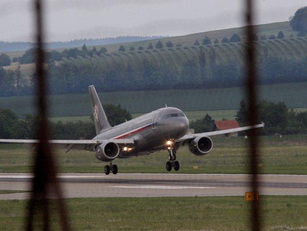 Na letišti v Brně přistál armádní speciál, kterým z Chorvatska přicestovali čeští turisté z havarovaného autobusu.