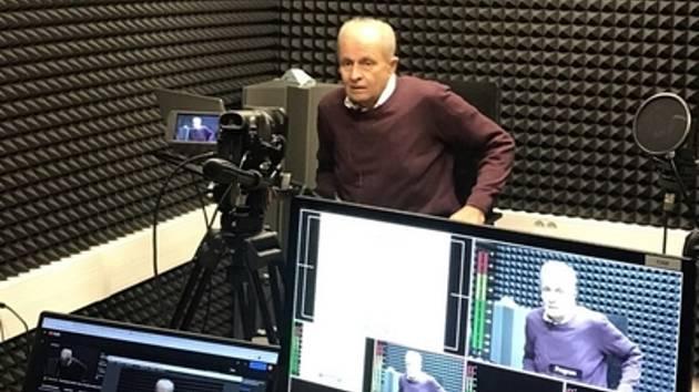 Na snímku ve studiu je prof. Zdeněk Pospíšil s přednáškou na téma Zoonózy - nemoci společné lidem a zvířatům.