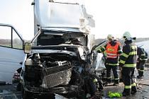 Nehoda nákladního auta a dodávky blokovala šest hodin silnici na Mikulov.