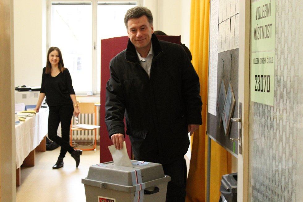 Na Střední zdravotnické škole Jaselská v Brně odvolil i předseda jihomoravských občanských demokratů Pavel Blažek.