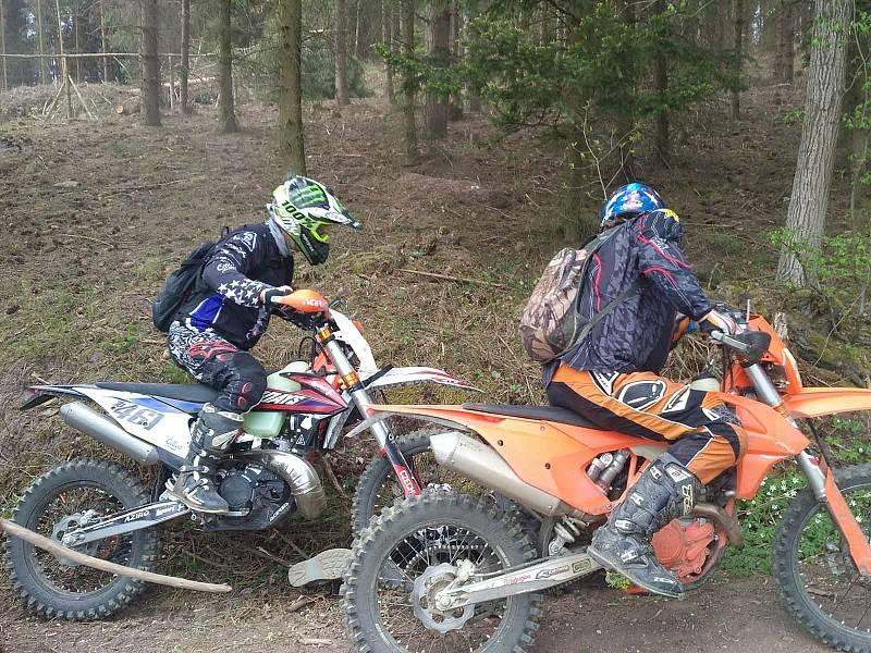 Konflikt agresivních motorkářů s lesními dělníky v lese poblíž Sentic na Brněnsku.