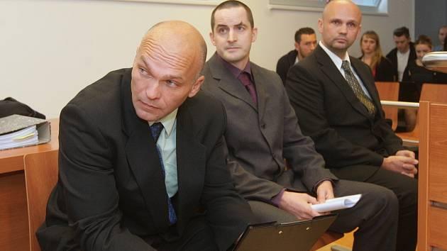 Policisté z Brna u městského soudu. Jsou obžalovaní z mučení, hrozí jim až osm let vězení.