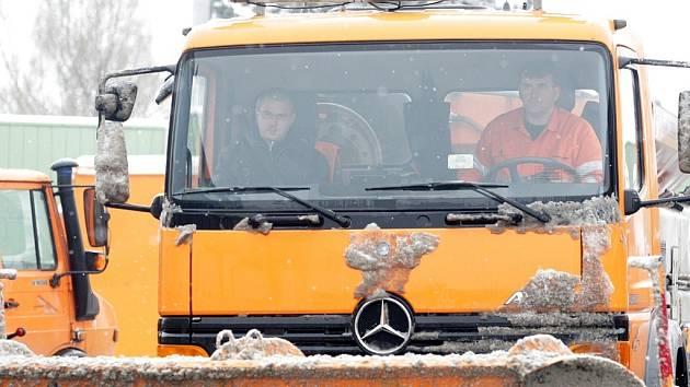 V Brně silničáři nasadili na odklízení sněhu jedenadvacet sypačů a sedmnáct traktorů s radlicí. Za noc spotřebovali pět set tun posypového materiálu.