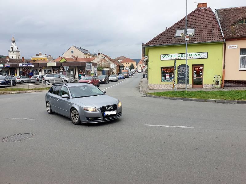 Vytížená křižovatka ulic Oslavanská a Tomáše Procházky v Ivančicích na Brněnsku.