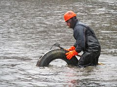 Neznámý pachatel vysypal stovky pneumatik na dno brněnské nádrže. Zaměstnanci Povodí Moravy začali s úklidem.