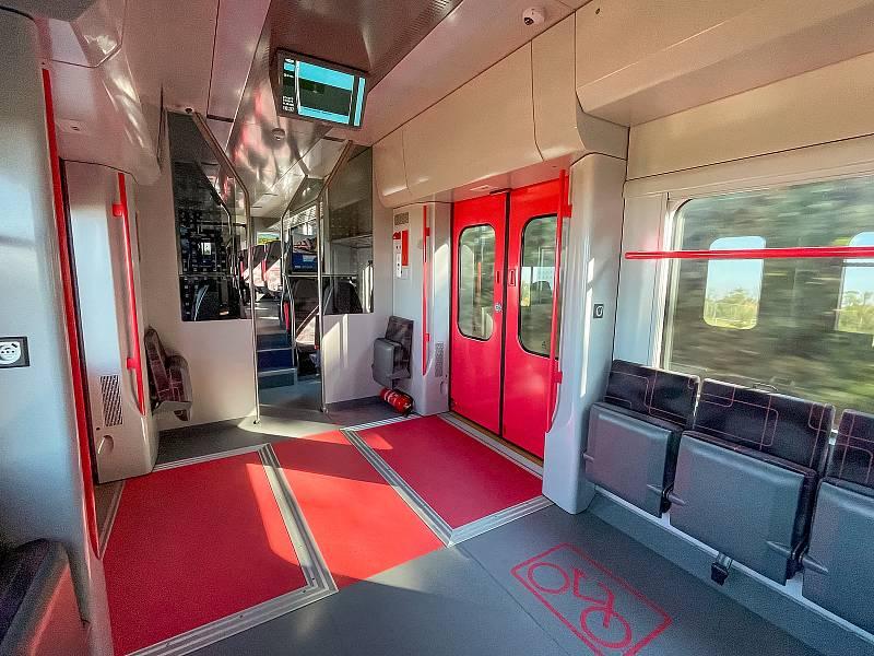 Nové vlaky pro Jihomoravský kraj poprvé otestovali jeho zástupci v prostorách zkušebního železničního okruhu Velim v Cerhenicích na Kolínsku.