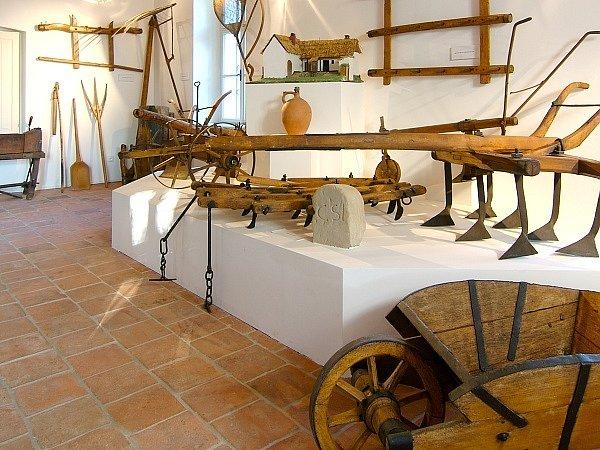 Jedna z výstavních místnostních v žarošickém muzeu.