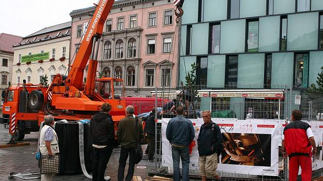 Na náměstí Svobody začala první část stavby hodin.
