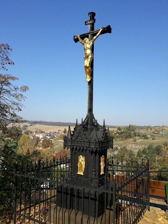 Litinový kříž z 19. století v obci Jevišovice. Obnoveny byly jednotlivé části kříže a dekorativní prvky.