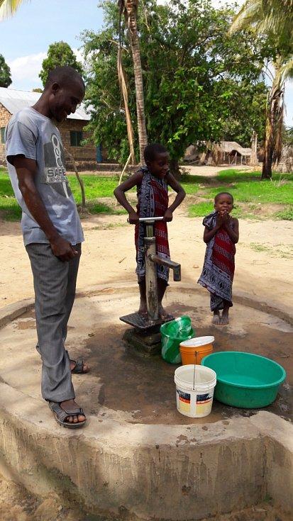 Zlepšit situaci situaci s čistotou vody v africké Tanzanii se snaží doktorand z brněnské techniky Vojtěch Kundrát. pomáhal i stavět školu.