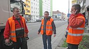 Redaktor Deníku Rovnost Petr Jeřábek (uprostřed) si vyzkoušel práci popeláře.