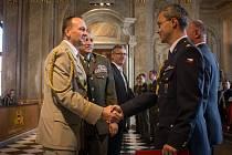 Důstojníci, kteří úspěšně zvládli kurzy na Univerzitě obrany, si ve čtvrtek přišli na Novou radnici v Brně pro diplomy.