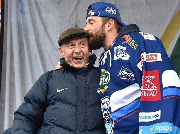 Modrobílé mistrovské oslavy vBrně na Zelném trhu. Hokejisté vrátili do města hokejový titul po 51letech.