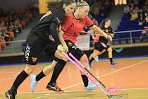 Kapitánka Bulldogs Aneta Koláčková (na snímku v černém) v souboji se židenickou Evou Smutnou. Židenice první derby sezony ovládly 6:1, ve druhém zvítězily 8:5.