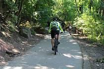 Cyklostezka kolem řeky Svratky nad Riviérou v Brně.