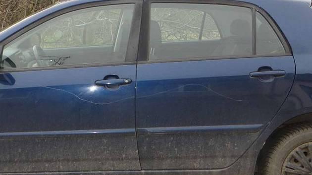 Vandal se vyřádil na autech. Poničil jich dvaadvacet