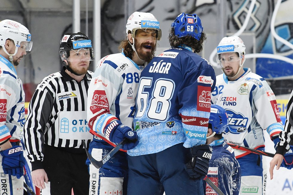 Brno 1.3.2020 - domácí HC Kometa Brno Peter Mueller (bílá) proti Rytířům Kladno Jaromír Jágr (modrá)
