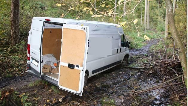 Ukradená dodávka zásilkové služby, kterou odcizil pachatel nedaleko centra Brna a policisté ji našli v údolí u Bílovic nad Svitavou na Brněnsku.