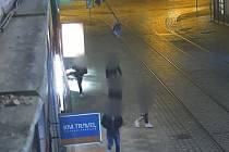 Dvaadvacetiletý muž rozbil v Brně výlohu rychlého občerstvení, kolem které právě procházel.